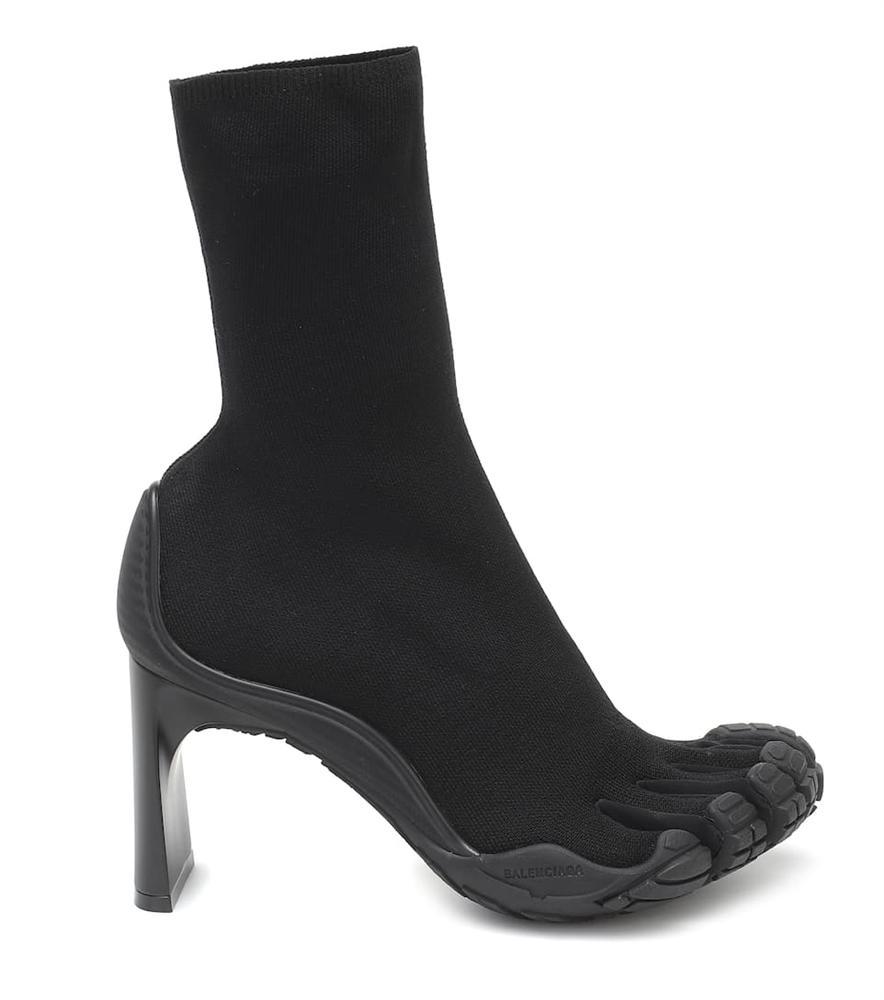 Trình làng đôi boots chóe giá 30 triệu, hãng giày Balenciaga khiến dân mạng cười ngặt nghẽo: Khác gì găng tay rửa bát màu hồng không?-3