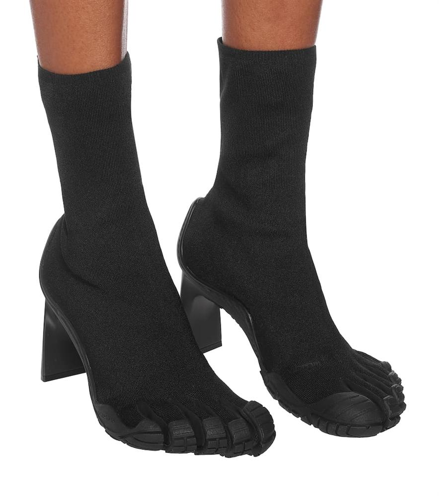 Trình làng đôi boots chóe giá 30 triệu, hãng giày Balenciaga khiến dân mạng cười ngặt nghẽo: Khác gì găng tay rửa bát màu hồng không?-5