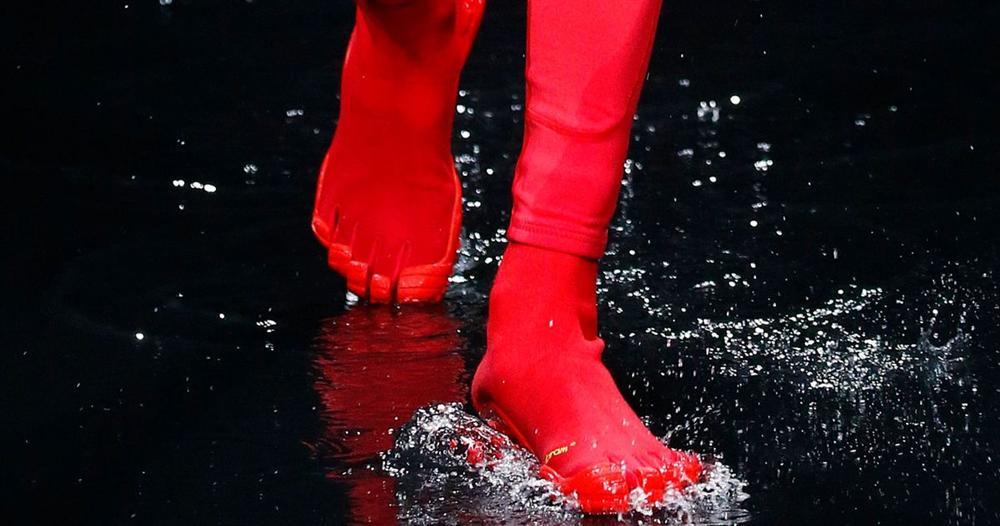 Trình làng đôi boots chóe giá 30 triệu, hãng giày Balenciaga khiến dân mạng cười ngặt nghẽo: Khác gì găng tay rửa bát màu hồng không?-6