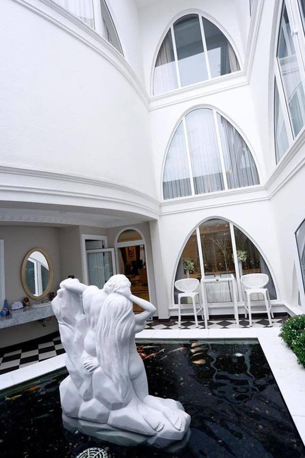Chiêm ngưỡng biệt thự của Hoa hậu Giáng My: Sang chảnh như cung điện, phòng khách có sức chứa cả trăm người-12