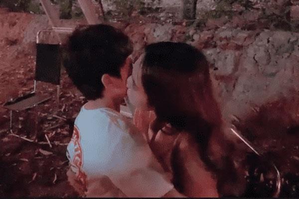 Ngọc Trinh tiếp tục hôn bé trai 8 tuổi nhưng lần này lại khéo léo hơn