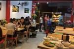 2 đứa trẻ cùng đến quán gà rán, nhưng khi nhìn sang bé trai, ai nấy lập tức chê trách cách dạy con của bố mẹ