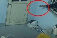 Video: Dùng mắc áo mở khóa cửa, trộm điện thoại trong 2 phút