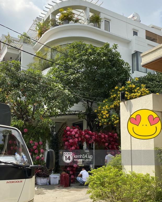 Đám cưới Phan Thành - Primmy Trương: Nhà gái dựng cổng hoa tươi hoành tráng trước biệt thự to đùng vật vã-2