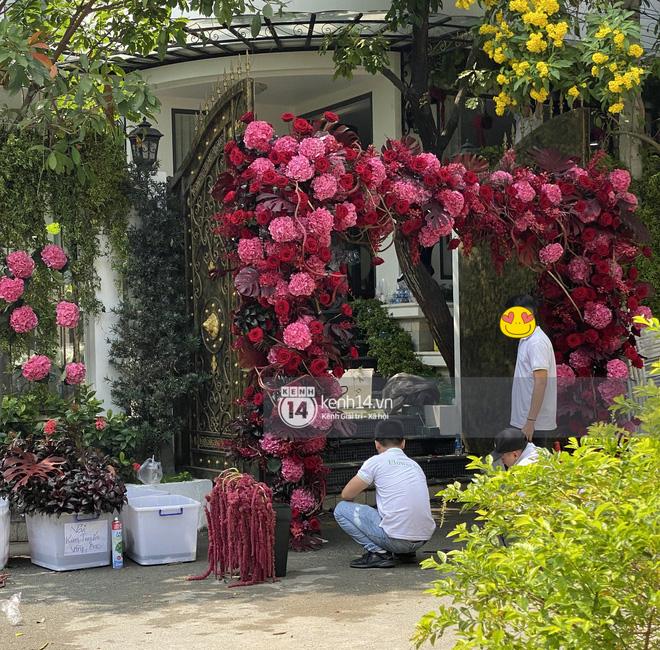 Đám cưới Phan Thành - Primmy Trương: Nhà gái dựng cổng hoa tươi hoành tráng trước biệt thự to đùng vật vã-3
