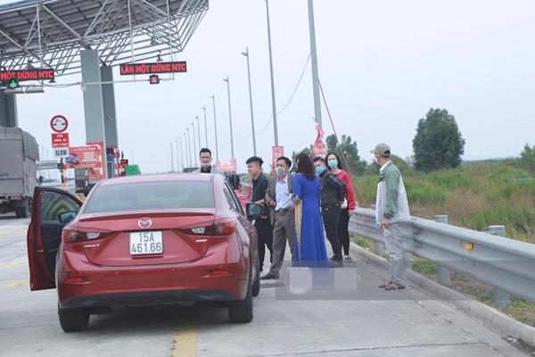 Đúng 'phút 89' nhà trai đành bất lực quay về, không thể vào Quảng Ninh đón dâu