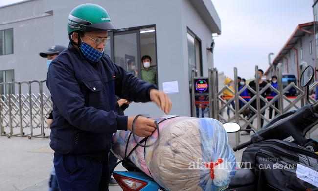 Mẹ rưng rưng nước mắt đem đồ dùng đến tiếp tế, dặn dò con gái qua hàng rào khu cách ly ở Hải Dương-3