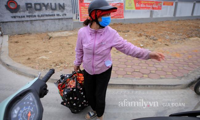 Mẹ rưng rưng nước mắt đem đồ dùng đến tiếp tế, dặn dò con gái qua hàng rào khu cách ly ở Hải Dương-4