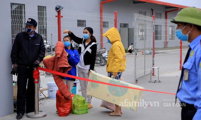 Mẹ rưng rưng nước mắt đem đồ dùng đến tiếp tế, dặn dò con gái qua hàng rào khu cách ly ở Hải Dương-6