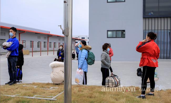 Mẹ rưng rưng nước mắt đem đồ dùng đến tiếp tế, dặn dò con gái qua hàng rào khu cách ly ở Hải Dương-7