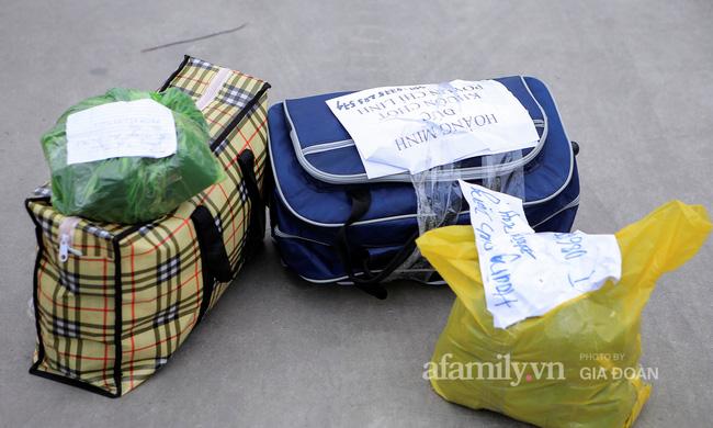 Mẹ rưng rưng nước mắt đem đồ dùng đến tiếp tế, dặn dò con gái qua hàng rào khu cách ly ở Hải Dương-9