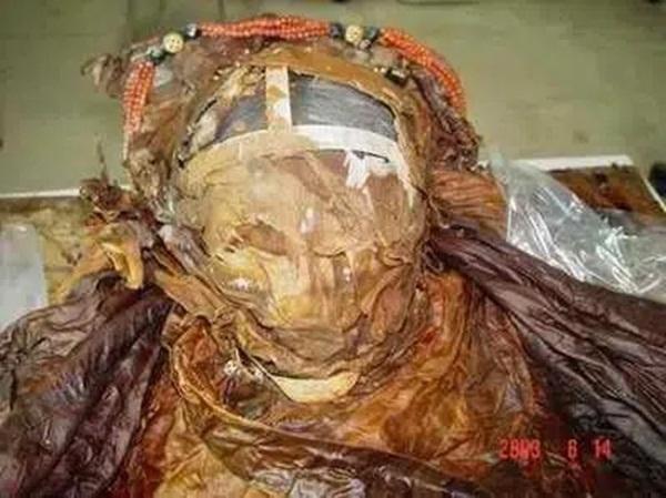 Từ 4 chữ người mở sẽ chết trên quan tài của cháu gái Hoàng hậu đến thi thể nữ mặc long bào, hé lộ loạt bí ẩn về mộ cổ Trung Hoa-1