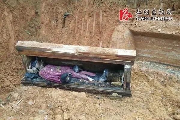 Từ 4 chữ người mở sẽ chết trên quan tài của cháu gái Hoàng hậu đến thi thể nữ mặc long bào, hé lộ loạt bí ẩn về mộ cổ Trung Hoa-4