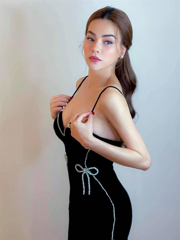 Hồ Ngọc Hà trễ nải vòng 1 nóng bỏng siêu cấp với váy hai dây nhung đen-2