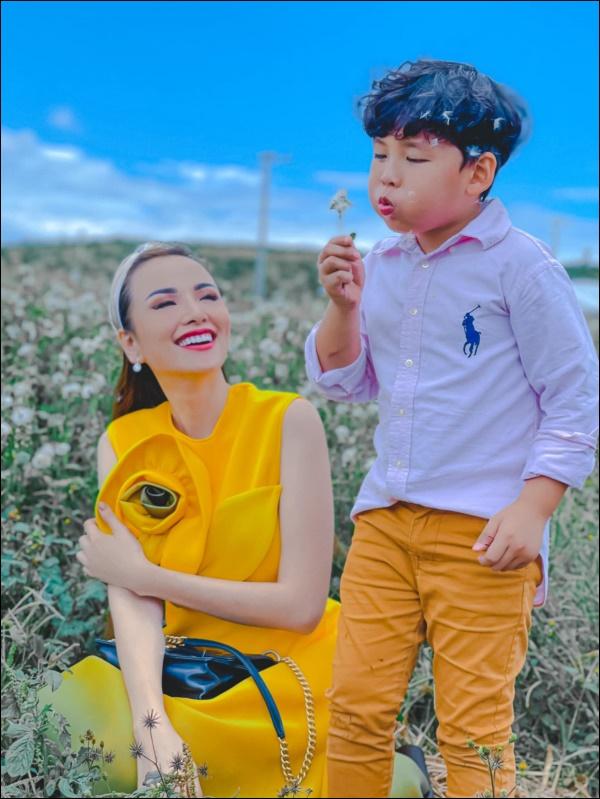 Diễm Hương làm bạn cùng con từ điều đơn giản nhất, thêm hành động nhân văn này khiến hoa hậu được khenkhéo dạy con-1
