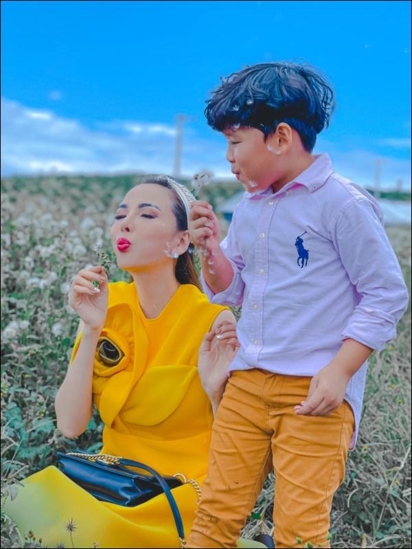 Diễm Hương làm bạn cùng con từ điều đơn giản nhất, thêm hành động nhân văn này khiến hoa hậu được khenkhéo dạy con-2