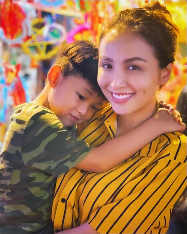 Diễm Hương làm bạn cùng con từ điều đơn giản nhất, thêm hành động nhân văn này khiến hoa hậu được khenkhéo dạy con-6