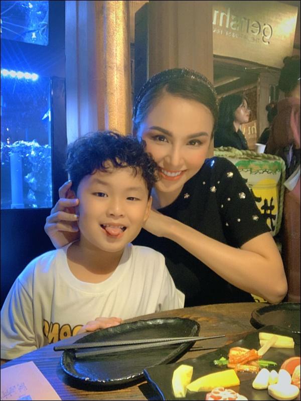 Diễm Hương làm bạn cùng con từ điều đơn giản nhất, thêm hành động nhân văn này khiến hoa hậu được khenkhéo dạy con-7