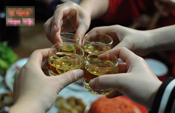 Vui quá đà dịp Tết dễ nảy sinh tình trạng say rượu: Chăm sóc người say thế nào để hạn chế rủi ro, Tết vui nhưng vẫn luôn an toàn-1