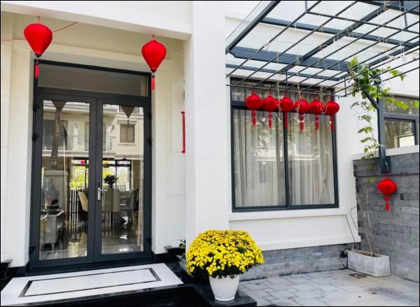 Vân Hugo trang hoàng nhà cửa đón Tết sớm trong biệt thự cao cấp ở Sài Gòn, nhìn ban công thơ mộng ai cũng mê-4