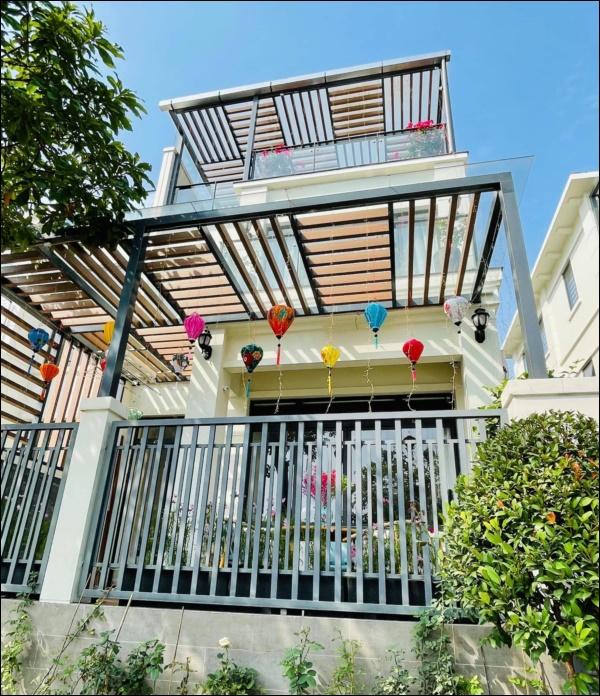 Vân Hugo trang hoàng nhà cửa đón Tết sớm trong biệt thự cao cấp ở Sài Gòn, nhìn ban công thơ mộng ai cũng mê-5