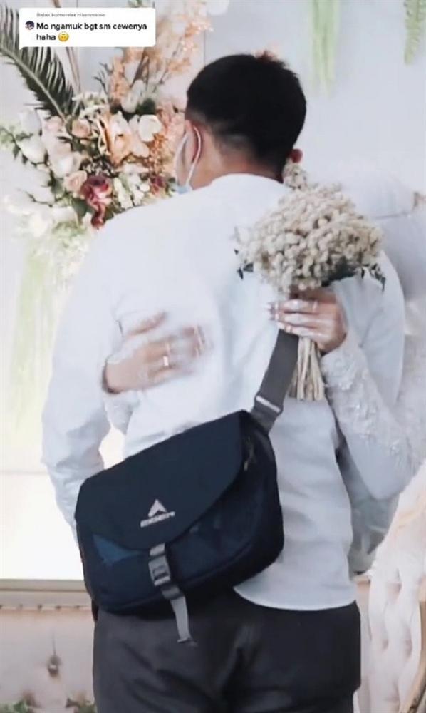 Clip: Cô dâu xin chồng ôm tình cũ 'một cái' trong đám cưới, hành động của tân lang khiến nhiều người khen ngợi-4