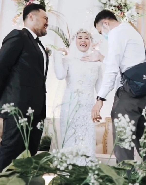 Clip: Cô dâu xin chồng ôm tình cũ 'một cái' trong đám cưới, hành động của tân lang khiến nhiều người khen ngợi-5
