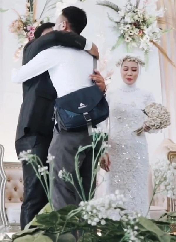 Clip: Cô dâu xin chồng ôm tình cũ 'một cái' trong đám cưới, hành động của tân lang khiến nhiều người khen ngợi-6