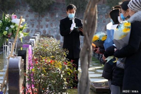 Con gái 8 tuổi chết vì bạo bệnh, hành động mỗi ngày của người bố ở nghĩa trang sau khi con qua đời gây xúc động-1