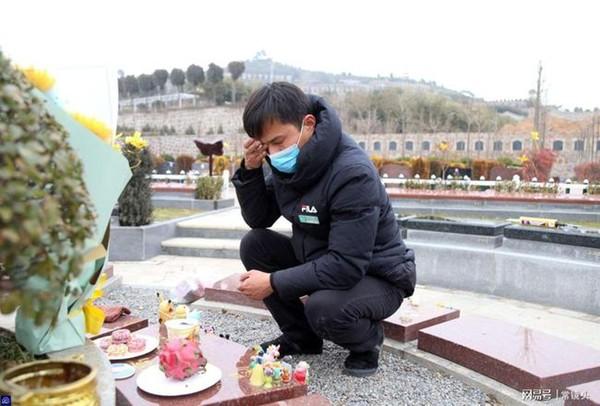 Con gái 8 tuổi chết vì bạo bệnh, hành động mỗi ngày của người bố ở nghĩa trang sau khi con qua đời gây xúc động-2