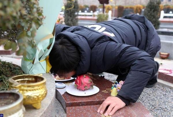 Con gái 8 tuổi chết vì bạo bệnh, hành động mỗi ngày của người bố ở nghĩa trang sau khi con qua đời gây xúc động-3