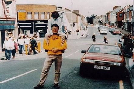 Chẳng ai ngờ 23 năm trước, chỉ vài giây sau khi bức ảnh ông bố cõng con được chụp thì