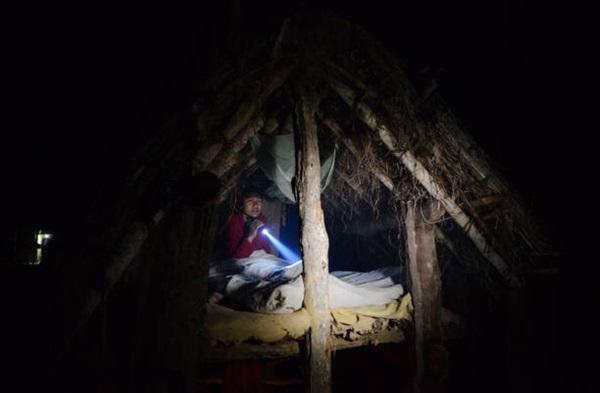 Loạt ảnh gây ám ảnh về túp lều kinh nguyệt được ví như địa ngục trần gian, là nỗi khiếp đảm của các cô gái mỗi lần... tới tháng-1