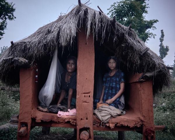 Loạt ảnh gây ám ảnh về túp lều kinh nguyệt được ví như địa ngục trần gian, là nỗi khiếp đảm của các cô gái mỗi lần... tới tháng-10