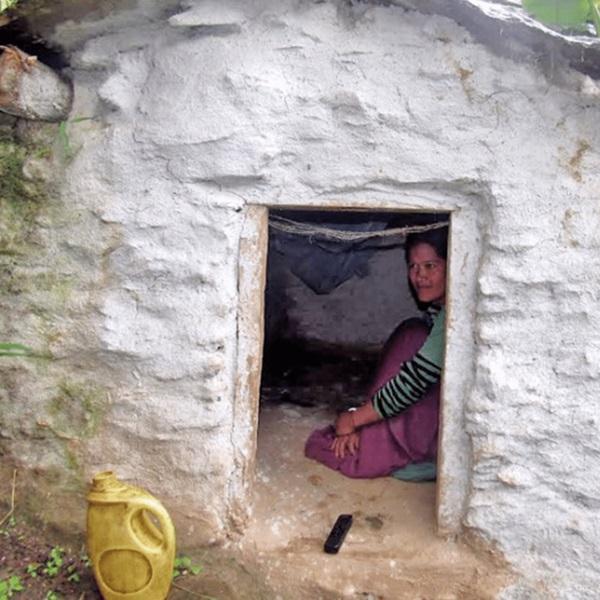 Loạt ảnh gây ám ảnh về túp lều kinh nguyệt được ví như địa ngục trần gian, là nỗi khiếp đảm của các cô gái mỗi lần... tới tháng-12
