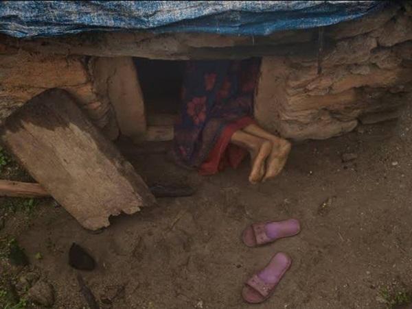 Loạt ảnh gây ám ảnh về túp lều kinh nguyệt được ví như địa ngục trần gian, là nỗi khiếp đảm của các cô gái mỗi lần... tới tháng-13