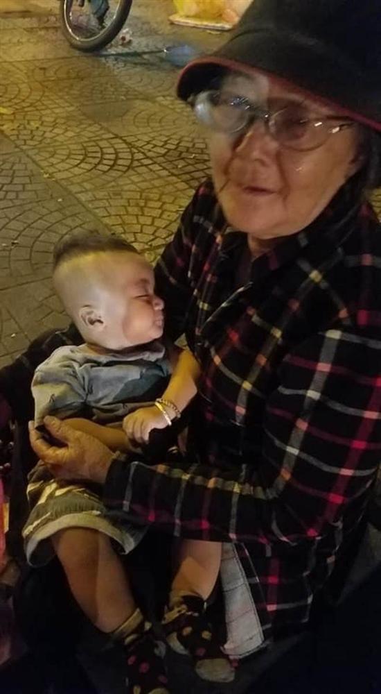 Xúc động câu chuyện về bà cụ bế cháu trai 6 tháng tuổi đi bán khăn giấy giữa cái lạnh của Sài Gòn, dân mạng thay nhau ra tay nghĩa hiệp khiến ai lướt qua cũng ấm lòng-1