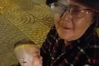 Xúc động câu chuyện về bà cụ bế cháu trai 6 tháng tuổi đi bán khăn giấy giữa cái lạnh của Sài Gòn, dân mạng thay nhau 'ra tay nghĩa hiệp' khiến ai lướt qua cũng ấm lòng