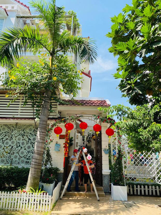 Lấy chồng đại gia, Vy Oanh ở biệt thự rộng 1400m2, mất hơn chục ngày để trang trí Tết lung linh, rực rỡ-1