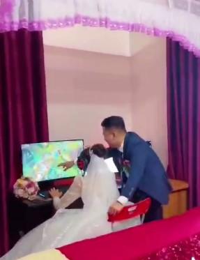 Sự thật bất ngờ về clip cô dâu - chú rể mải chơi game, bỏ mặc khách dự tiệc dưới nhà, khi được gọi xuống thì chống chế nhà bao việc-2