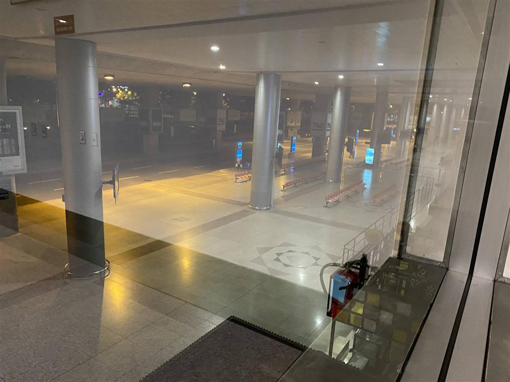 Chùm ảnh: Hình ảnh trái ngược ở ga quốc tế Tân Sơn Nhất trong năm nay và năm trước dịp gần Tết Nguyên đán-4