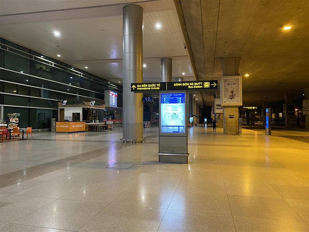 Chùm ảnh: Hình ảnh trái ngược ở ga quốc tế Tân Sơn Nhất trong năm nay và năm trước dịp gần Tết Nguyên đán-6