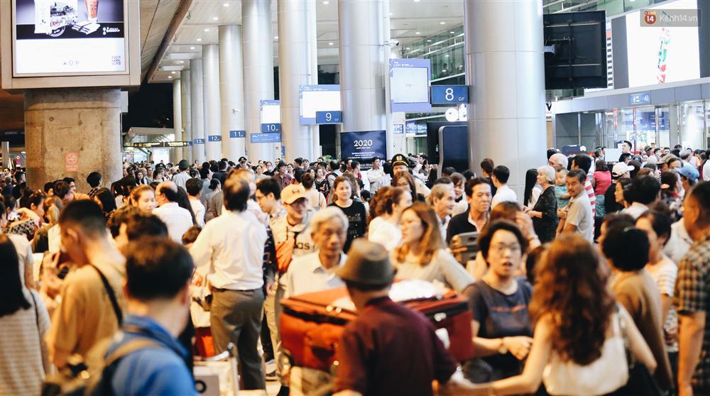 Chùm ảnh: Hình ảnh trái ngược ở ga quốc tế Tân Sơn Nhất trong năm nay và năm trước dịp gần Tết Nguyên đán-7