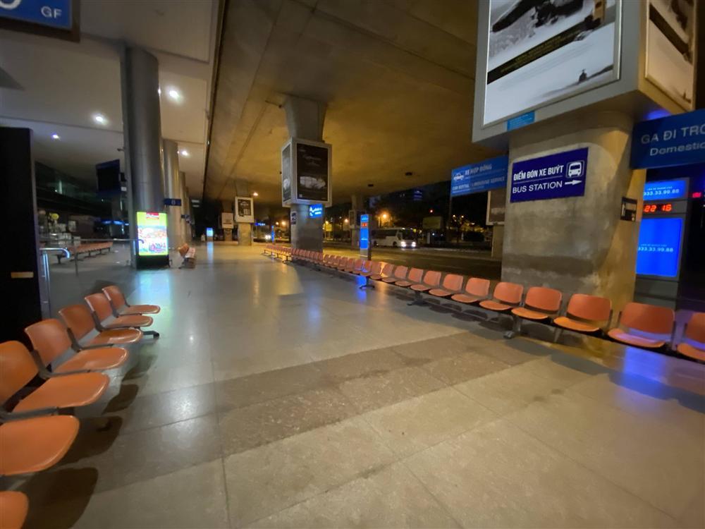 Chùm ảnh: Hình ảnh trái ngược ở ga quốc tế Tân Sơn Nhất trong năm nay và năm trước dịp gần Tết Nguyên đán-10