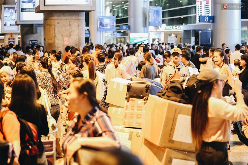 Chùm ảnh: Hình ảnh trái ngược ở ga quốc tế Tân Sơn Nhất trong năm nay và năm trước dịp gần Tết Nguyên đán-11