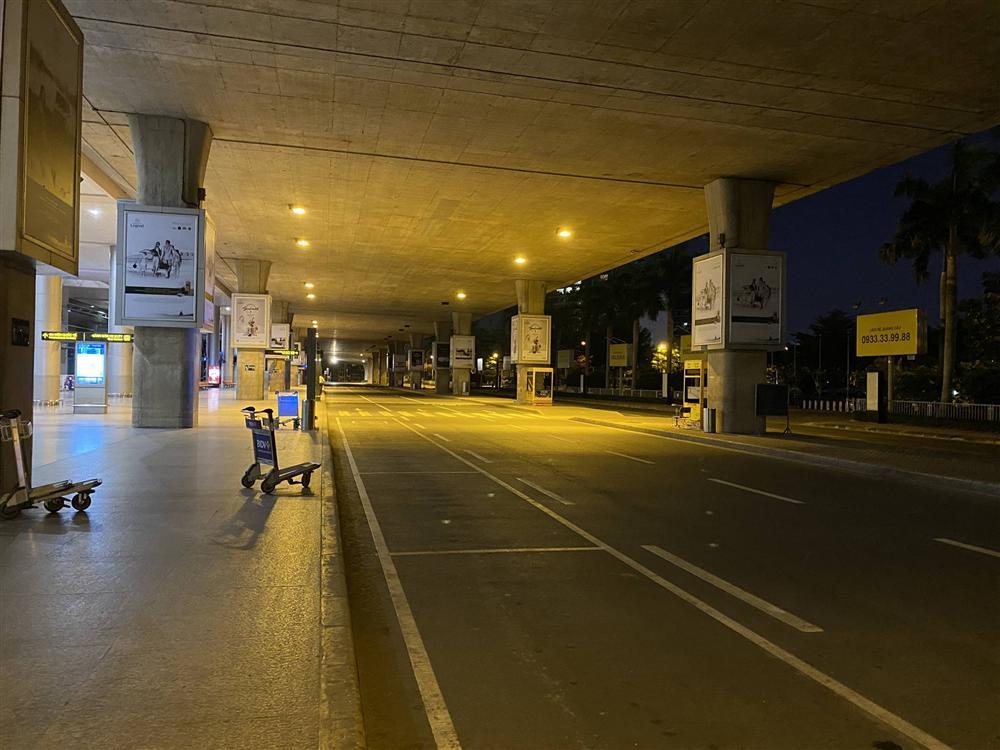 Chùm ảnh: Hình ảnh trái ngược ở ga quốc tế Tân Sơn Nhất trong năm nay và năm trước dịp gần Tết Nguyên đán-16