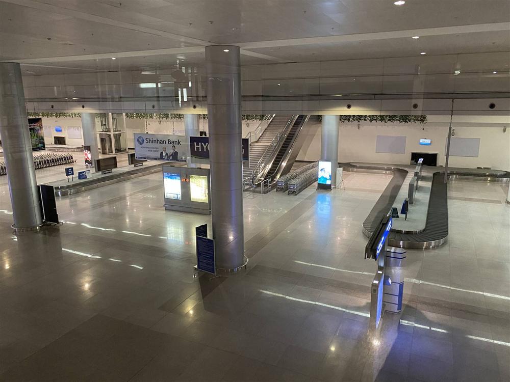 Chùm ảnh: Hình ảnh trái ngược ở ga quốc tế Tân Sơn Nhất trong năm nay và năm trước dịp gần Tết Nguyên đán-18