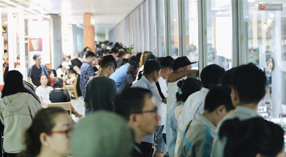 Chùm ảnh: Hình ảnh trái ngược ở ga quốc tế Tân Sơn Nhất trong năm nay và năm trước dịp gần Tết Nguyên đán-19