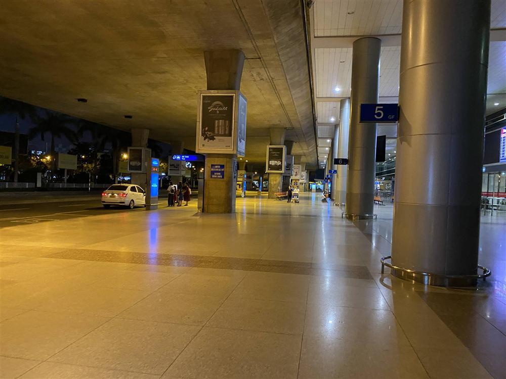 Chùm ảnh: Hình ảnh trái ngược ở ga quốc tế Tân Sơn Nhất trong năm nay và năm trước dịp gần Tết Nguyên đán-8