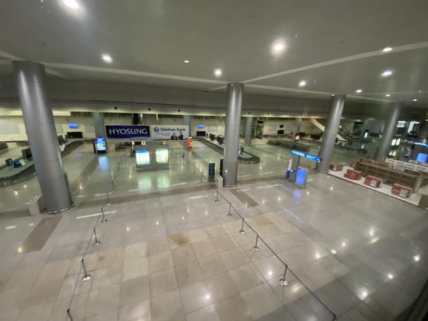 Chùm ảnh: Hình ảnh trái ngược ở ga quốc tế Tân Sơn Nhất trong năm nay và năm trước dịp gần Tết Nguyên đán-21